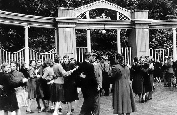 Танцплощадка в парке конец 1950-хгг.