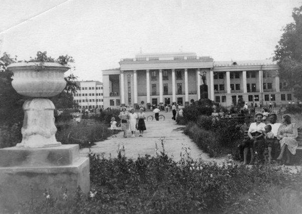 Дворец культуры БМЗ, построенный в 1929 году по проекту архитектора Савельева в Бежицком районе Брянска.