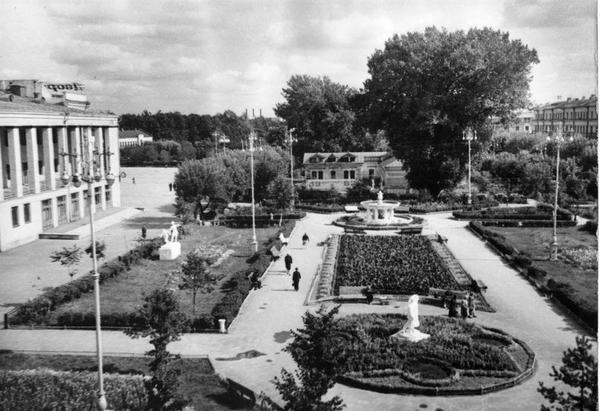 Бежица. Майский парк и площадь перед ДК БМЗ (если идти со стороны почты).