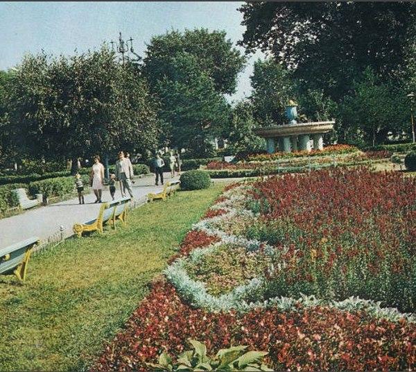 Таким был сквер возле Дворца Культуры БМЗ до реконструкции (1985г.)