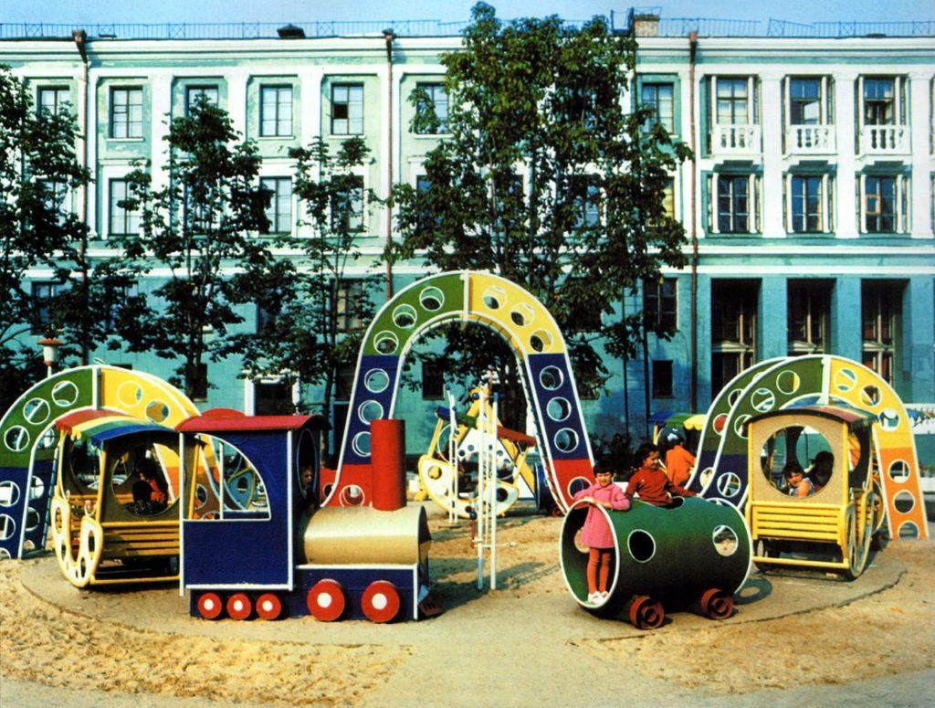 В парке у ДК железнодорожников в Фокинском районе города Брянска. Около 1980 г.